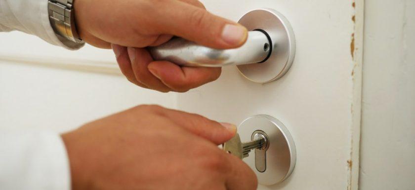 En låssmed hjälper folk i nöd